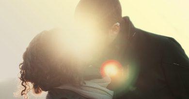 Come baciare bene un ragazzo: trucchi per baciare bene
